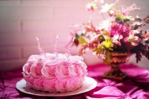 Праздничный торт с цветами на столе